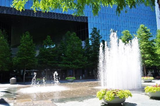 Fountain Place: Brunnen mit wechselnden Fontänen