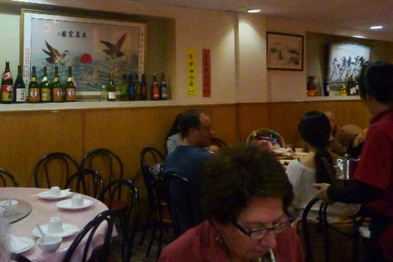 Chef Hung's Restaurant: Nice wall decor in this basement restaurant