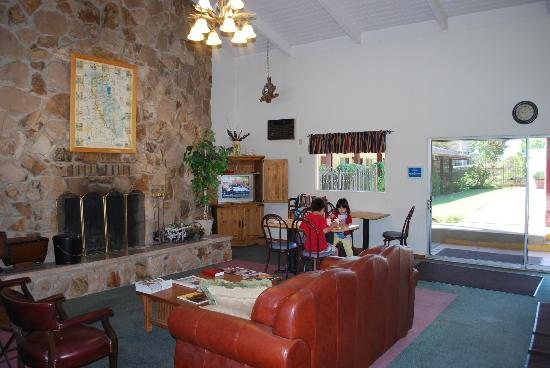 The Jackson Lodge: Sitting/breakfast area with TV and fire place.