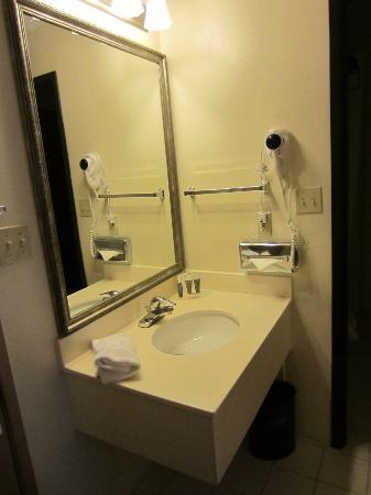 BEST WESTERN Airport Albuquerque InnSuites Hotel & Suites: Bath vanity - Best Western Airport Albuquerque InnSuites Hotel