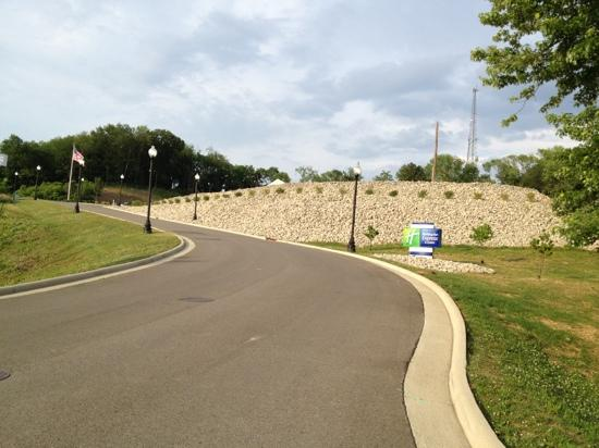 Holiday Inn Express Hotel & Suites Zanesville North: road to the hotel up the hill