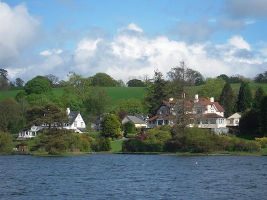 Bowness-on-Windermere, UK: 湖畔に立ってる別荘 うらやましです。