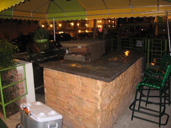 Caribbean Motel: Grill Area