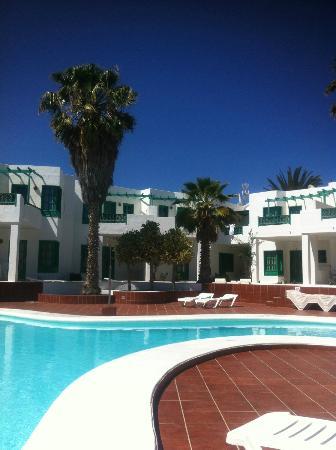 Luz y Mar Apartments: pool/bar area
