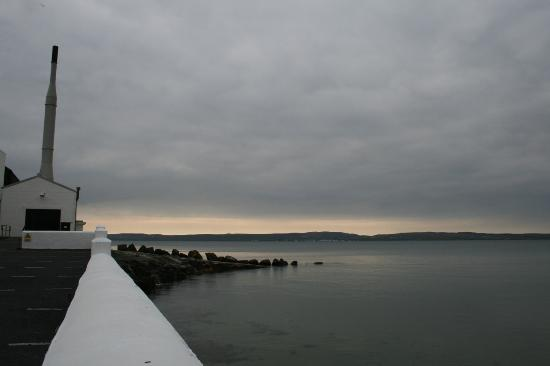 Bowmore Cottages: Scenic beauty over the loch.