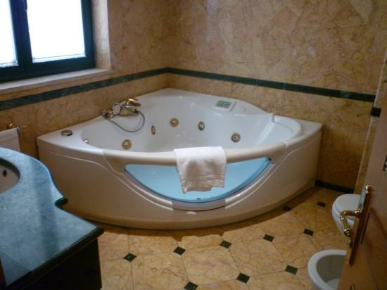 River Palace Hotel : Jacuzzi bathtub in the Suite Villa Borghese