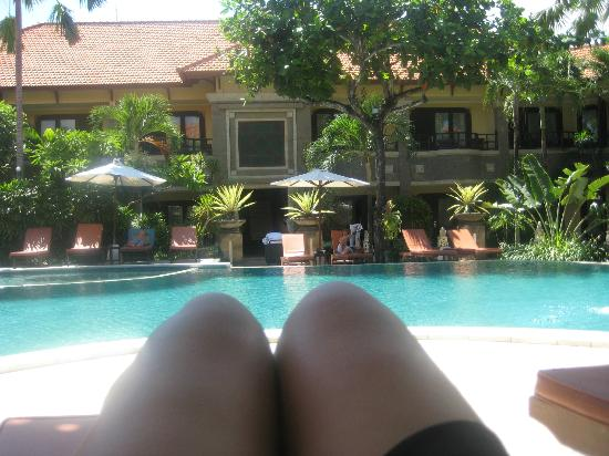 Adhi Jaya Hotel: resting by looking at the pool