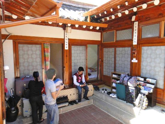 Bukchon Guest House: Central common area of GuestHouse #2