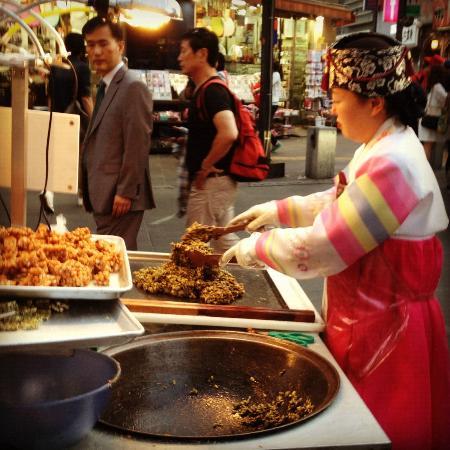 Bukchon Guesthouse: One of Insadong vendors, 30 minute walk away