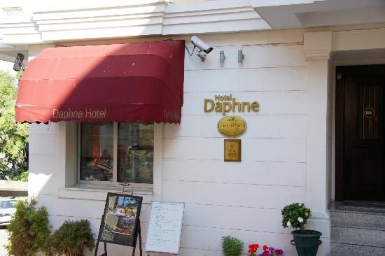 Daphne Hotel: Entry to hotel
