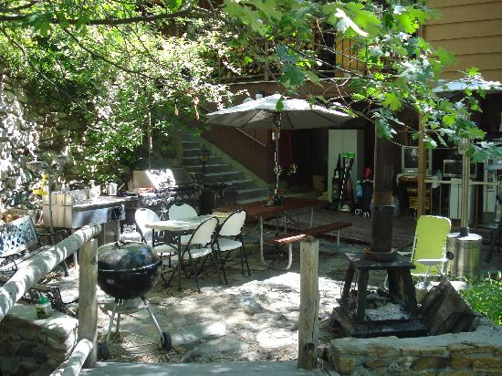 Durrwood Creekside Lodge B&B: BBQ and Fire Pit