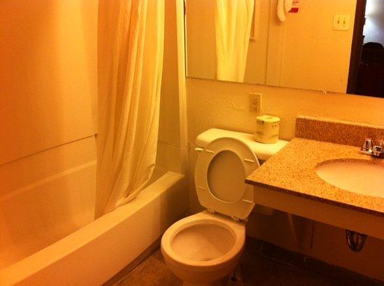 Super 8 Richmond/Broad Street : toilet