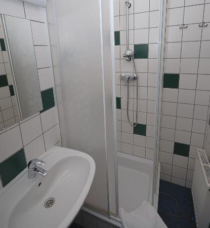 Westend City Hostel: shower & toilet in every room