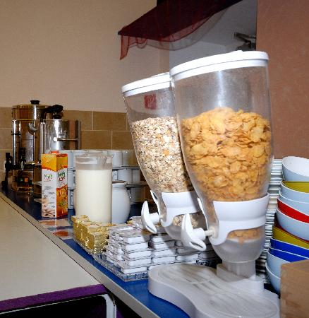 Westend City Hostel: breakfast buffet