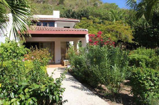 Mango Bay Resort: casa vista dal giardino