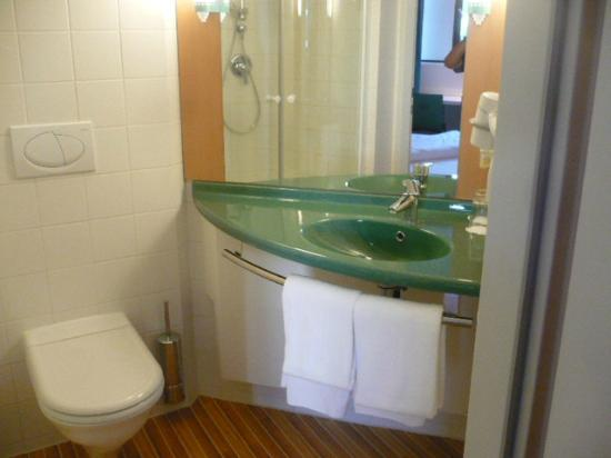 Ibis Innsbruck: Bathroom, big shower stall