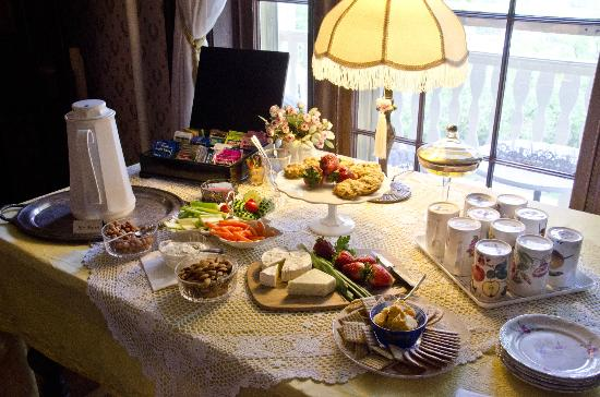 Felt Manor Guest House: Homemade cookies, cheeses and drinks always available.