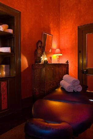 Authenticity Sanctuary Retreat and Transformational Center: Massage room