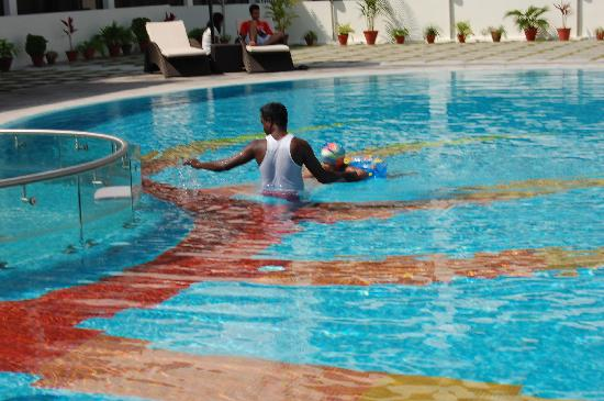 Swimming pool picture of the sunway manor pondicherry tripadvisor for Hotels with swimming pool in pondicherry