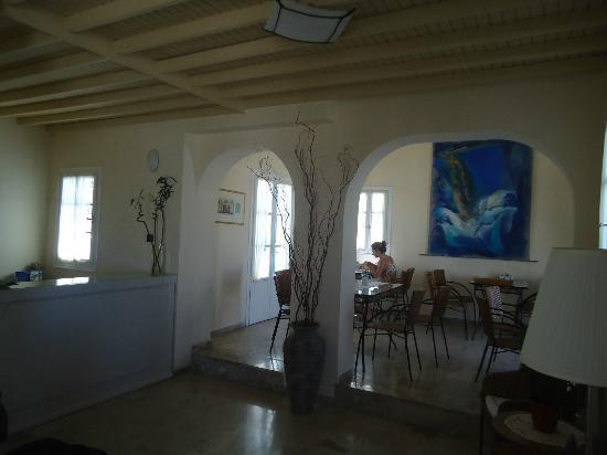 Myconian Inn Hotel: La recepción del hotel y área de desayuno