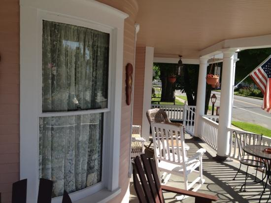 Haven Guest House Bed & Breakfast: Front porch with curved glass windows