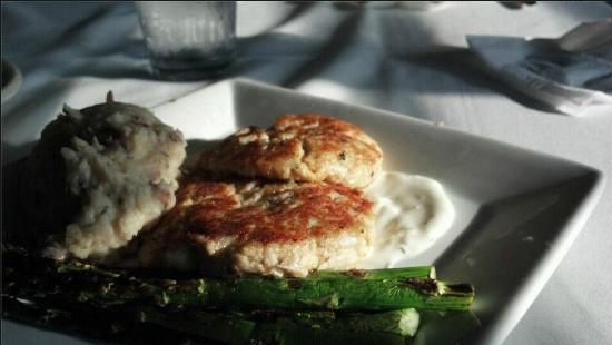 Salty Waters Rawbar & Grill : Crabcakes