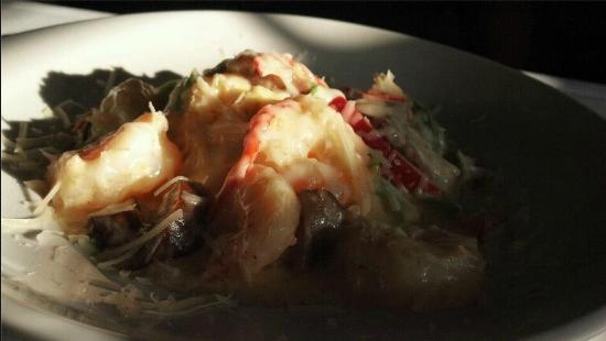 Salty Waters Rawbar & Grill : Shrimp n Grits