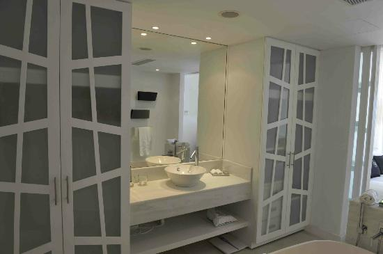 Mykonos Grand Hotel & Resort: Superior bathroom
