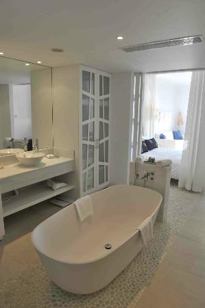 Mykonos Grand Hotel & Resort: Large bathtub and plenty of room (Superior room with steam cabin)