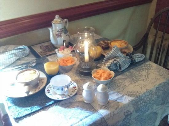 Governor's Trace Bed and Breakfast: Breakfast in the Room