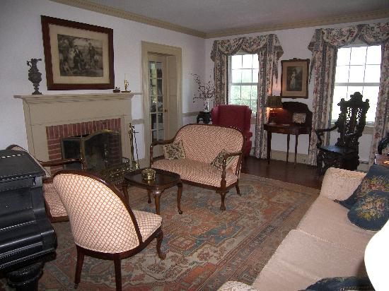 Fleeton Fields Bed & Breakfast: Formal living room or parlor
