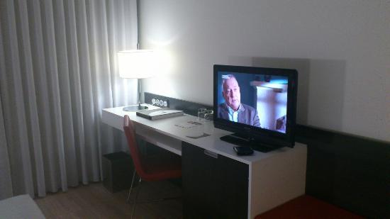 Axor Feria Hotel: TV y escritorio