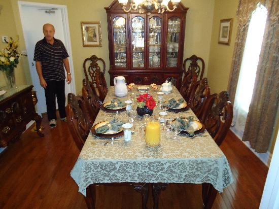 Accommodations Niagara Bed and Breakfast: Breakfast Table with Lee