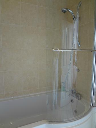 Magdalene House Guest Accommodation: Sparkling bathroom