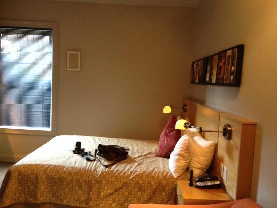 Charlesmark Hotel: bed