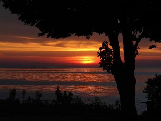 Weathervane Terrace Inn and Suites: Sunset view ~ also taken from balcony ~ not photo shopped whatsoever!