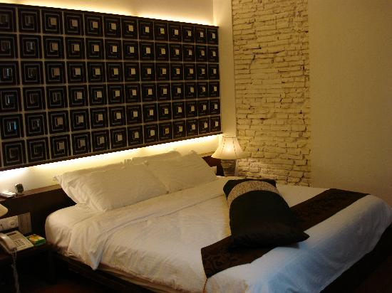 Courtyard @ Heeren Boutique Hotel: Bed of Deluxe King Room