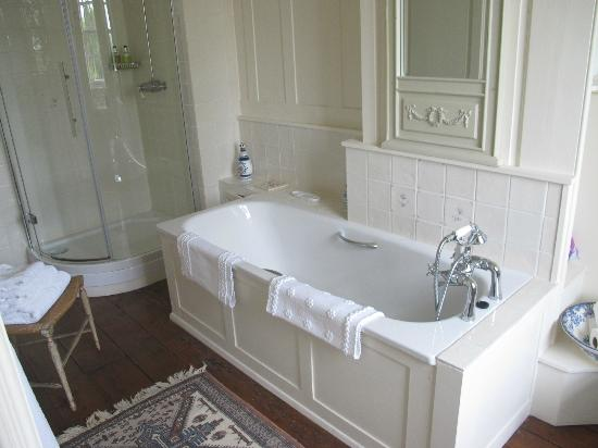 Frampton Court: Gorgeous bath tub with amazing view, from the Flora room