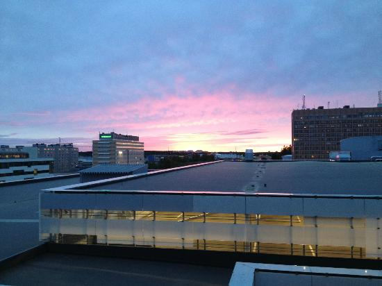 Scandic Hotel Star Sollentuna: View was the roof of the parking to the shopping mall, but I did appreciate the sunset.