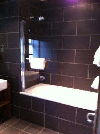 Kimberley Hotel: huge bathroom!