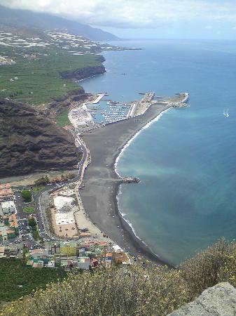 Taberna del Puerto: Puerto del Tazacorte from the mirador footpath.