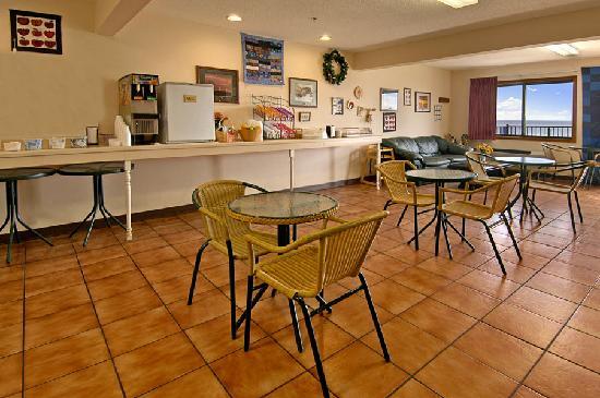 Bavarian Haus Lakefront Inn: Breakfast Room