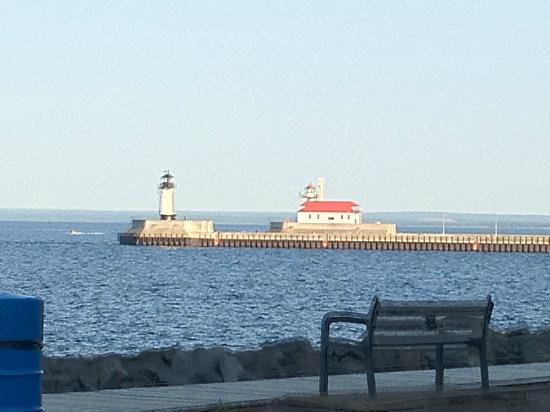 Hampton Inn Duluth: Channel lighthouse from back of hotel