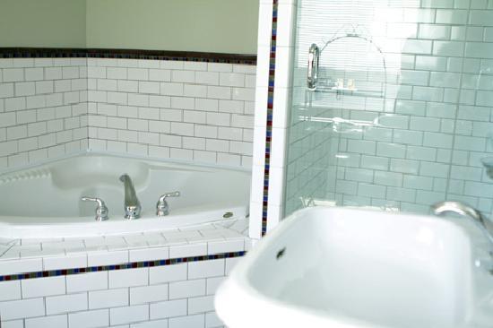 Auberge de la Place Royale: Large bathroom with jacuzzi