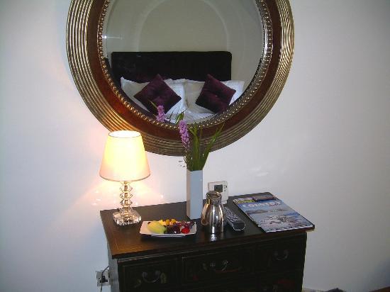 The English Wine Centre, Green Oak Barn Boutique Rooms: Plum Bedroom