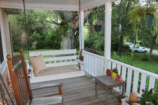 Henson Cove Place B&B: Porch swing