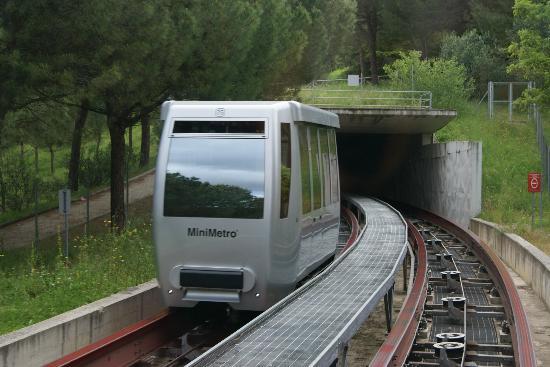 Minimetro : Mini-Metro beim verlassen des Tunnels.