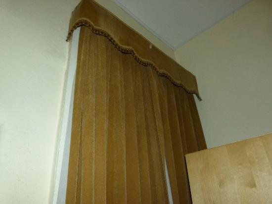 Regis Guesthouse: curtains
