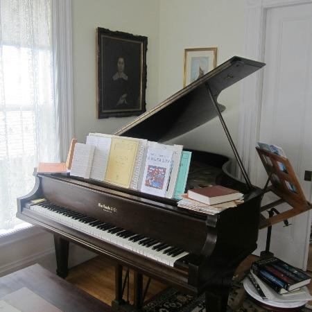 Kilby House Inn: grand piano