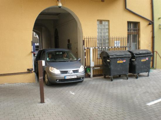 HOLIDAY HOME - Hotel, Pension: parking